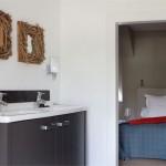 Badkamermeubel op maat gemaakt. Dit badkamermeubel is een combinatie van op kleur gespoten MDF en natuursteen. Het ontwerp is landelijk stoer.