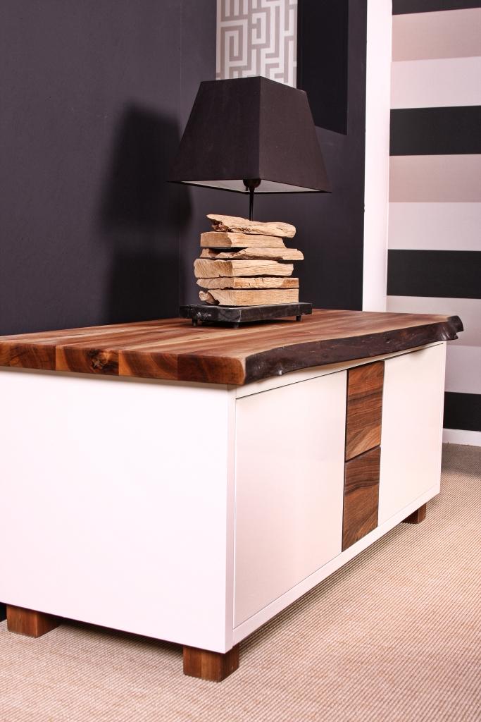 TV meubel op maat gemaakt. Dit meubel is gemaakt van walnotenhout in combinatie met MDF in een hoogglans afwerking gespoten.