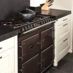 Op maat gemaakte keuken van eikenhout met paneeldeuren. In combinatie met een AGA Cooker. Aanrechtblad is van Belgisch hardsteen. Ieder ontwerp is mogelijk.