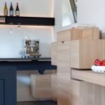 Industriële zwevende keuken op maat gemaakt, ontwerp van Roderick Vos. Deze keuken is een combinatie van blank eikenhout en een gepoedercoat stalen frame.