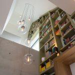 Boekenkast op maat gemaakt, meelopend in het lijnenspel van de buitengevel van de woning. De boekenkast is gemaakt van MDF in een warm groene kleur gespoten.