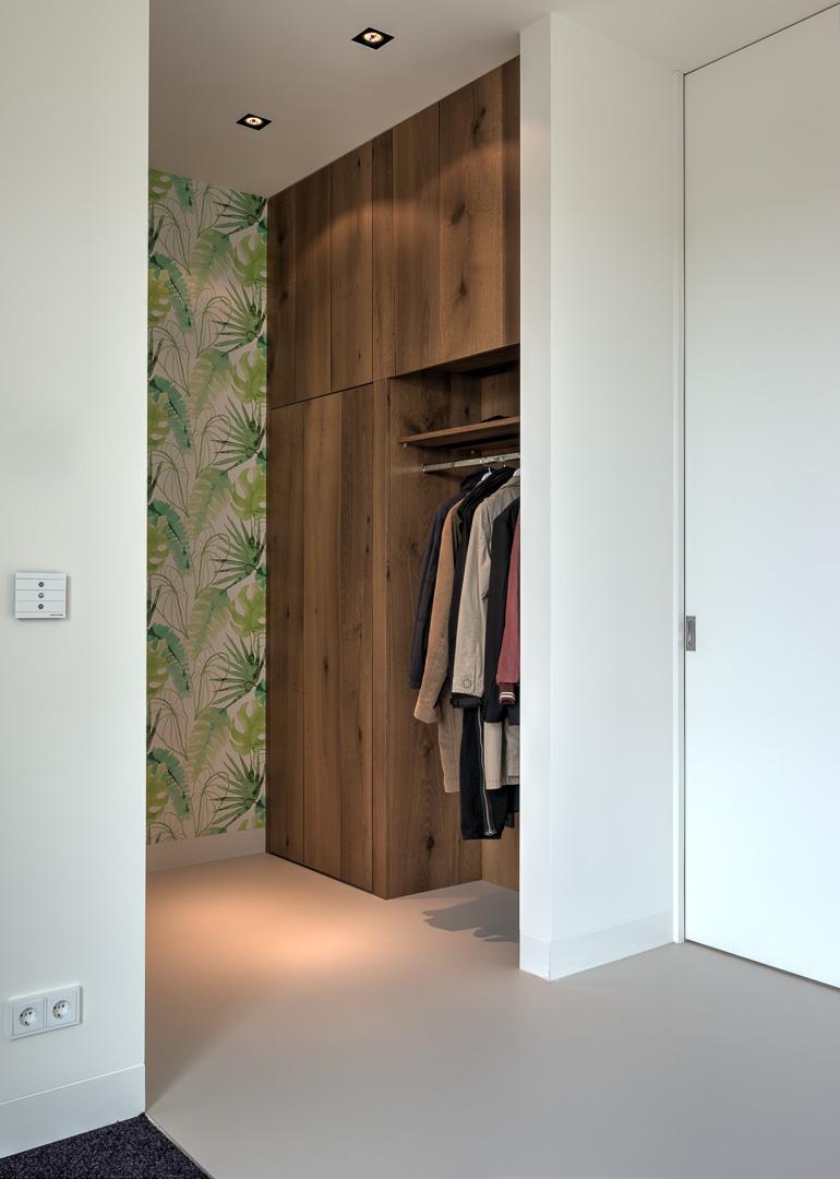 Garderobe kast bij entree op maat gemaakt. Deze garderobekast is gemaakt van rustiek eikenhout en met een mooie finish afgewerkt.