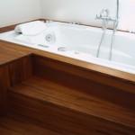 Op maat gemaakte badombouw gemaakt van massief teakhout. Het meubel is afwerkt met een blanke olie.