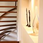 Op maat gemaakte trap. De spiltrap is gemaakt van massief eikenhout, met bijbehorende eikenhouten trapleuning. De trap is afwerkt met een blanke olie.
