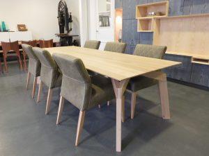 Inhout eetkamertafel met stoelen inhout